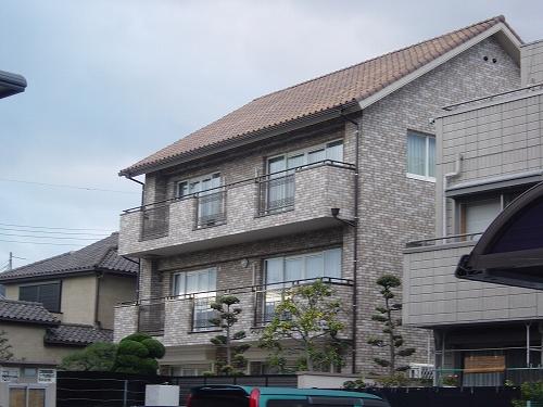 タイル張り鉄筋コンクリート3階建ての家