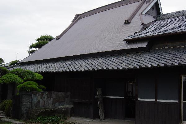 囲われた茅葺き屋根