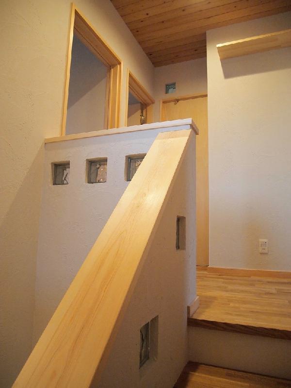 ガラスブロックを仕込んだ階段手すり