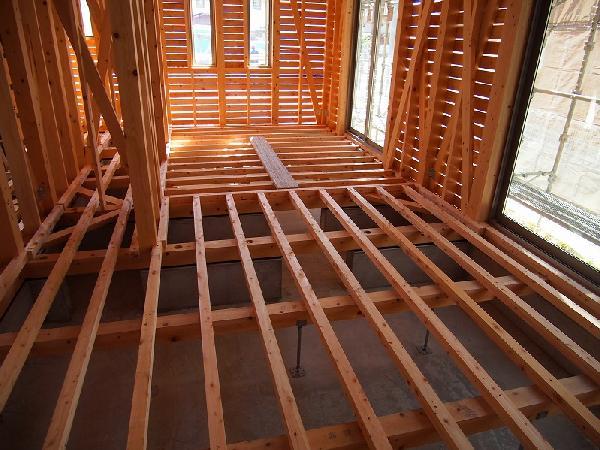 床組み 鋼製束は土間にアンカー留め