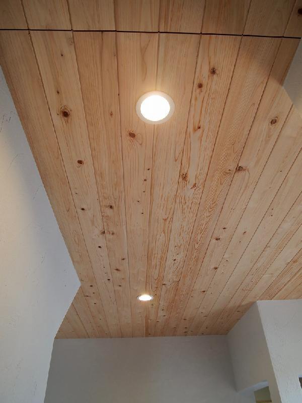 玄関天井 桧の無垢板