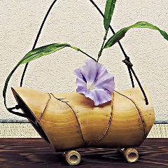 亀甲竹 吊り舟花入 (足付)