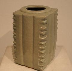 青磁釉角壺
