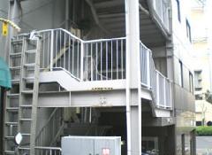 鉄部塗装。非常階段の鉄部塗装を開始する前になります