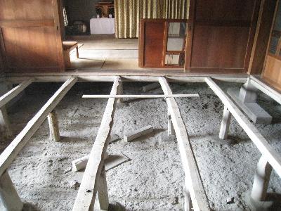 畳と床板をめくると積年のほこりが・・・