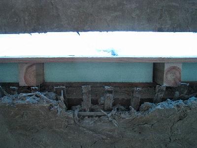 既設の離れ屋根下地の上に断熱材を入れて、新たに瓦を葺きなおします。