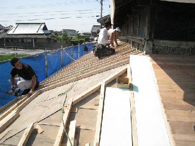 既設の少しひねった屋根下地を調整しながら作業
