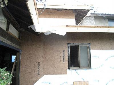 外壁を固め、通気防水シートと断熱材で包みます。