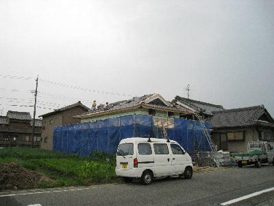 怪しい天気のさ中の瓦葺き