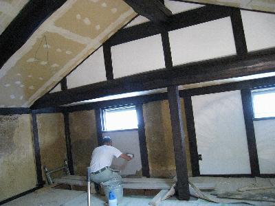 離れの2階の壁を左官さんが漆喰(しっくい)で塗っていきます。