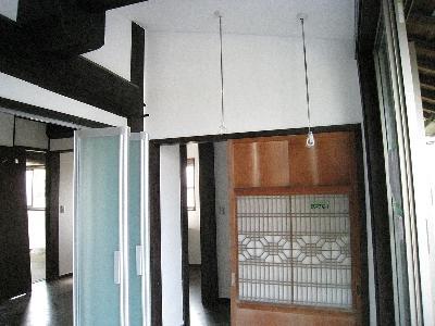 新旧揃い踏み 新しいアルミの折れ戸と以前使用していた建具の組み合わせです。