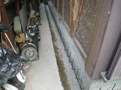 既設の基礎の横に鉄筋を組んで