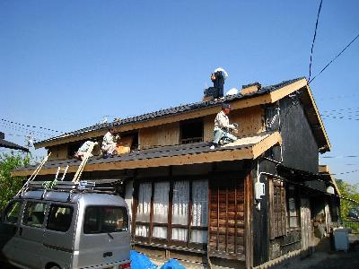 屋根を葺き変えます