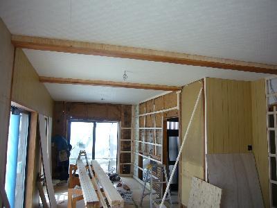 梁を補強し、仕上げの天井材を張って・・・