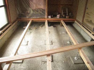 和室の畳を床暖房のフローリングに替える下地の針葉樹合板です