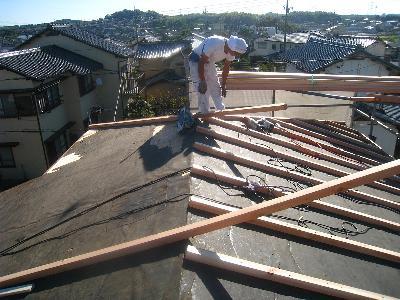 既設の屋根に下地を打って