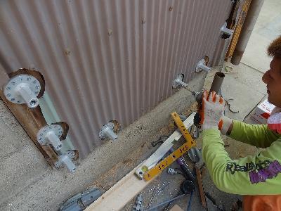 土台と柱に長さ90mmのビス12本で金物を取り付けます