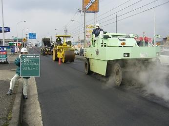 県道の舗設 アスファルト舗装