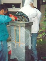しっかり養生し、銅像本体と土台をはなし、それぞれを薬品などを使用し綺麗にします。