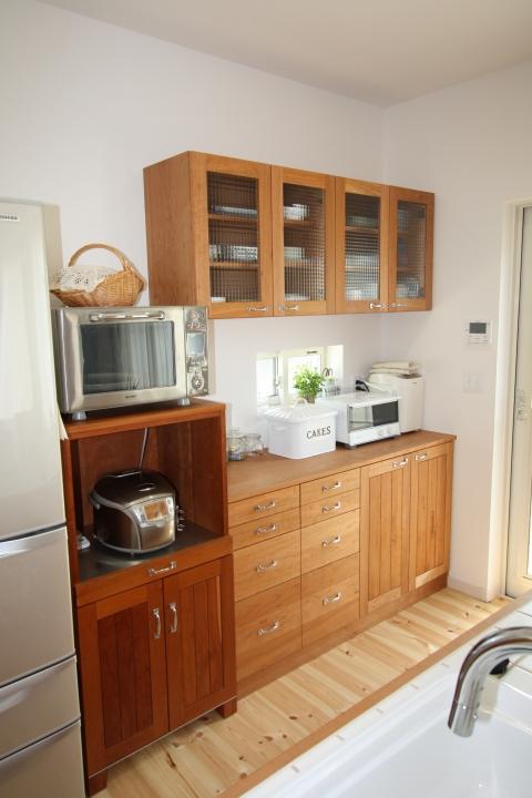 ブラックチェリー材吊り戸とキッチンカウンター