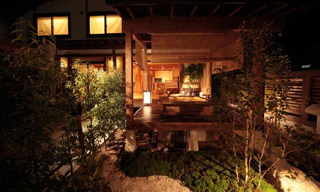 夜 庭からウッドデッキ、縁側を望む