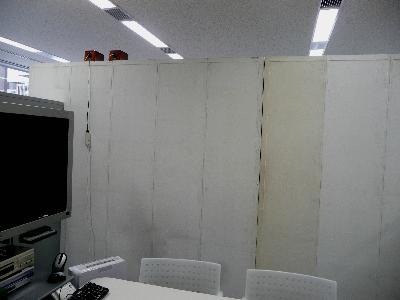 壁面は木製書棚の背面です