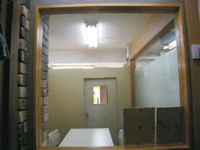 廊下に面した会議室
