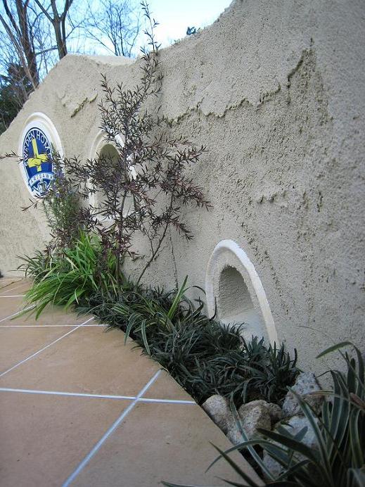 自然に囲まれたガーデンテラスの塗壁仕上げ