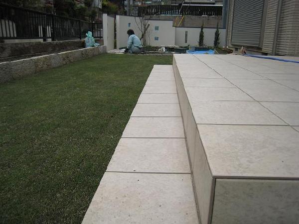 芝貼り作業中