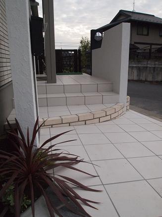 白と黒で描いたシンプルモダンな庭