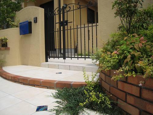 そんな花壇越しに眺めた門柱そして門扉の景色