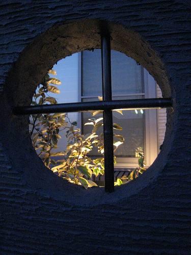 日が沈み夜になると円形窓の向こうには煌めく灯り