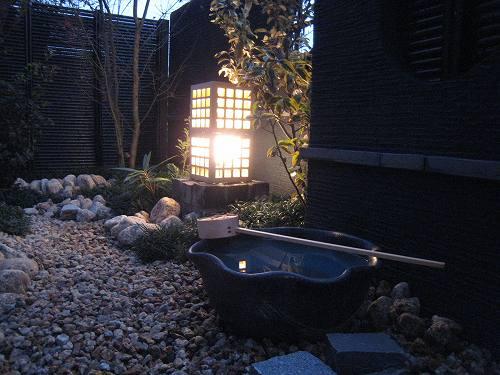 陶器で造り込まれた照明から洩れる光