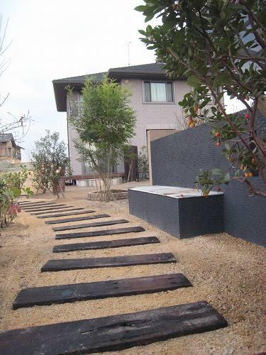 お庭の隅にはお昼寝用の大きなベンチも設置