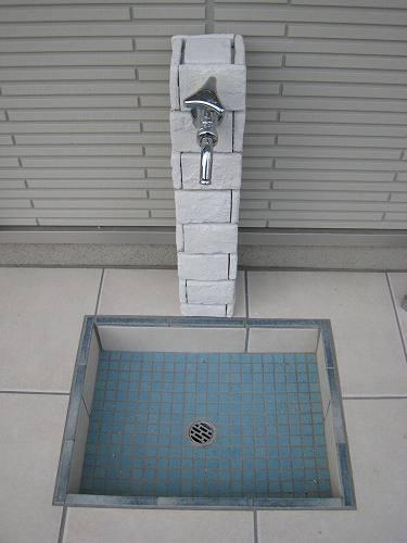 白色のブリックレンガタイルで貼った立水栓