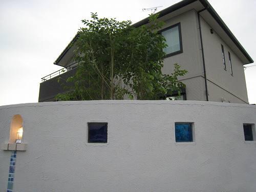 お庭の中の目隠しも兼ねた白い壁