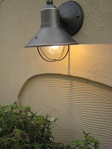 テラコッタポットを素敵に照らす灯り