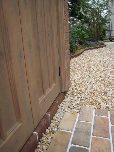 お庭の反対側にも長い距離を描くレンガ積みの花壇が続いています
