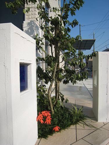 3本の角柱の中心には植裁を施し一つの庭を描きます。