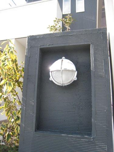 大きな角柱を凹ませて取り付けた灯り。この照明器具だけ敢えて曲線デザインのものをチョイス。