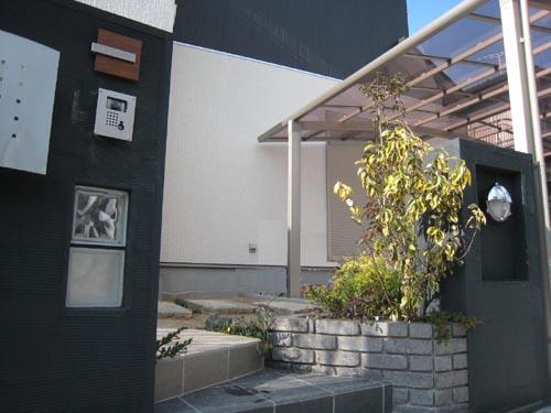 そんな門柱の間を縫ってタイル貼りの直線アプローチが玄関ポーチへと誘うのです。