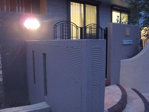直線壁と曲線壁の色は濃淡違いのベージュ色。2色使いのツートン仕上げの壁になっているのです。