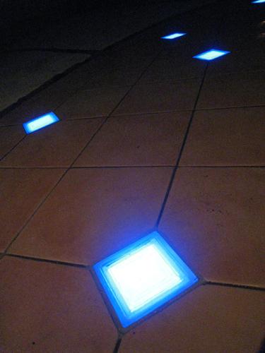 ブルーに光るタイルドライトの灯り