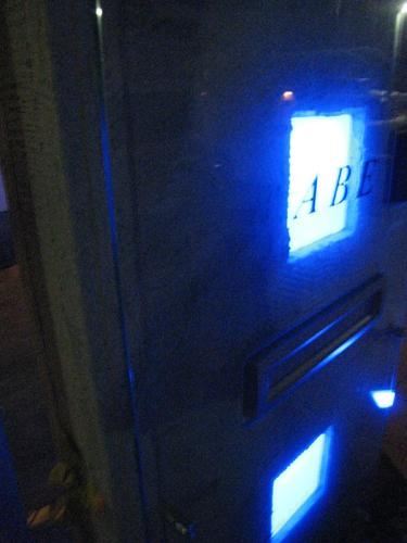 ガラスを通したカクテルブロックの光