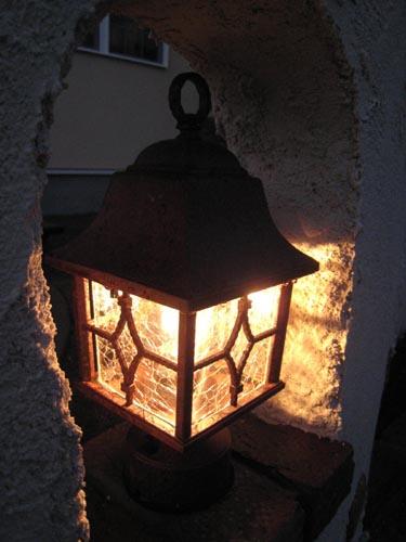 ガーデンテラスを照らすアンティークな風情の照明