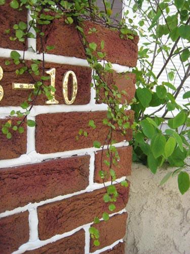 真鍮製の数字を取り付けた住居表示