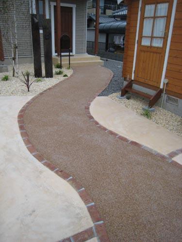 アプローチの樹脂砂利舗装とカラーモルタル