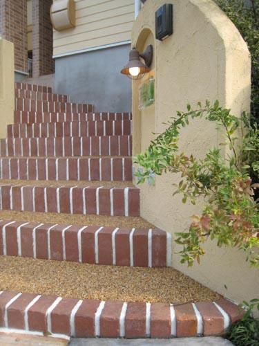 可愛い門柱から眺めた階段の景色