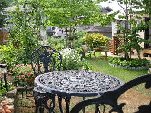 花壇スペースに緑鮮やかな芝生があるお庭