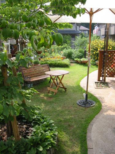 アプローチの曲線とお庭